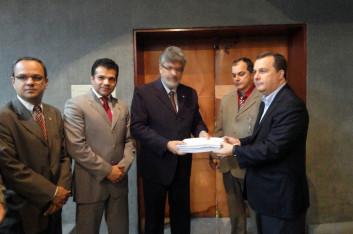 Deputados da CPI da TIM entregam relatório ao MP (16-12-2011)