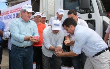 Agricultores de Arapiraca recebem sementes de milho e feijão para o plantio