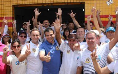 De porta em porta, Ricardo recebe o apoio dos moradores do Pau d'Arco
