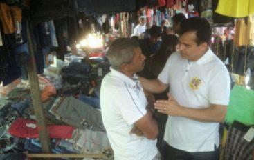 Ricardo Nezinho visita feira livre e conversa com populares