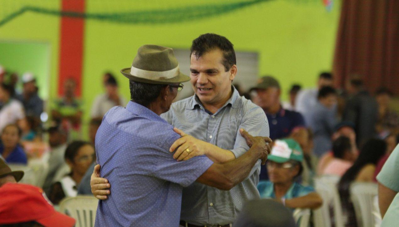 Com ginásio lotado, Ricardo Nezinho parabeniza agricultores de Alagoas