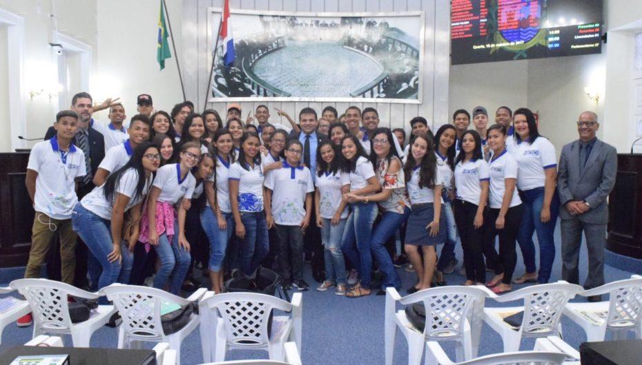 Deputado Ricardo Nezinho destaca valor da cidadania em encontro com estudantes